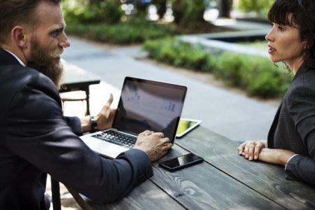Mężczyzna i kobieta rozmawiają przy laptopie