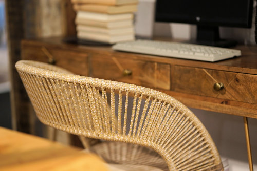 Krzesło koło biurka z komputerem